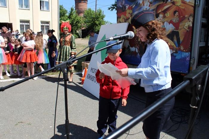 Сотрудники полиции Октябрьского района в День защиты детей наградили школьников за участие в творческих конкурсах