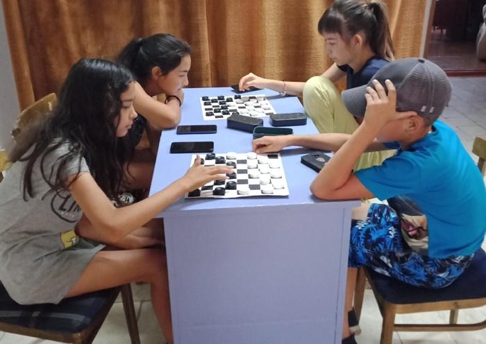 Дети сразились в шахматно-шашечных турнирах