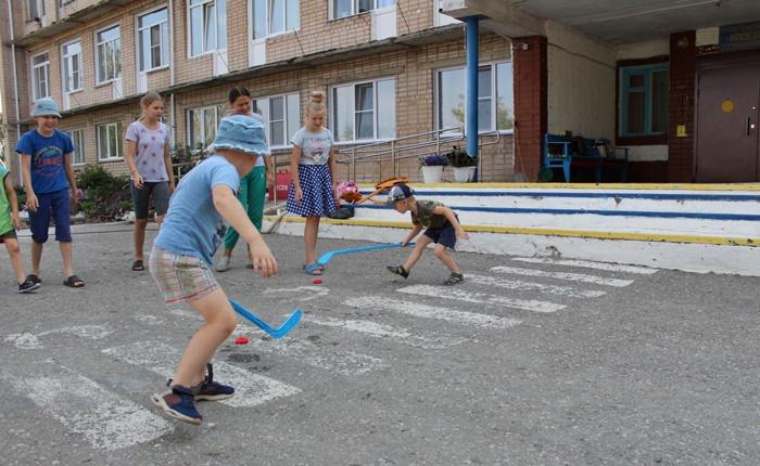 Полицейские вместе с детьми проводят викторины и соревнования